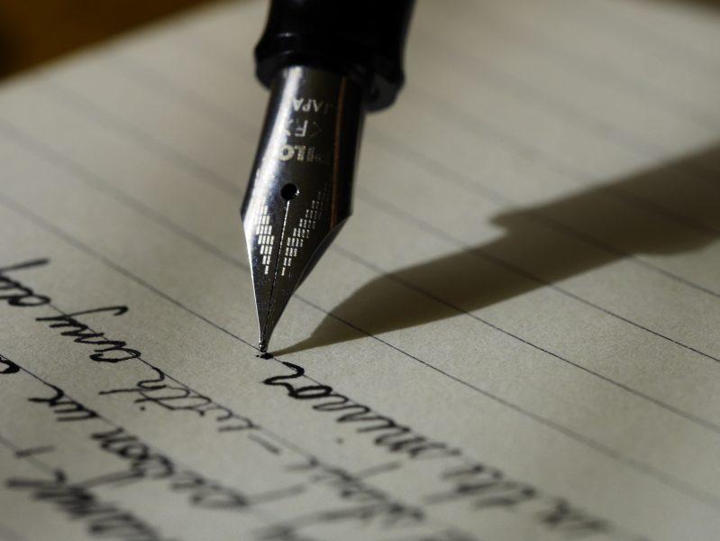 Füllfeder_schreibt_auf_Papier