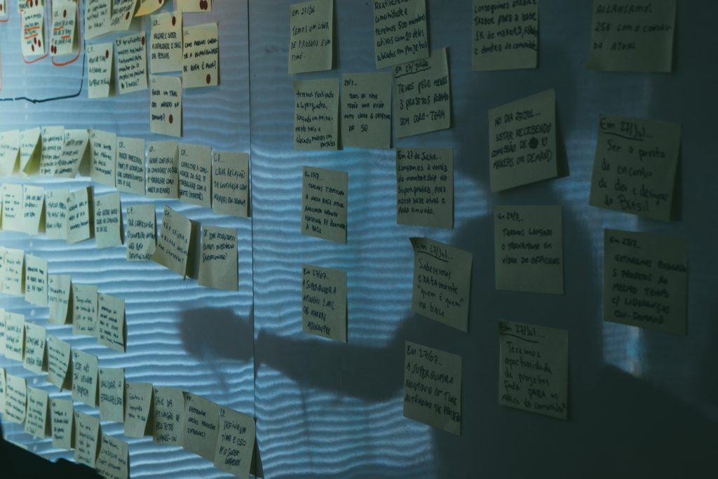 Redaktionsplan auf Pinwand mit vielen Post-Its